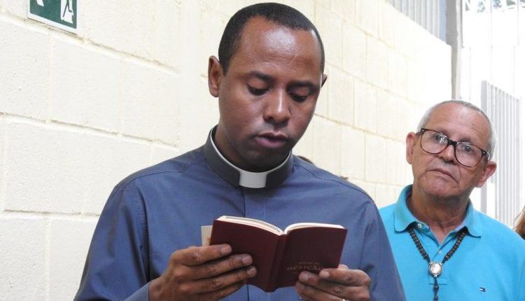 Padre welligton fazendo a leitura do Evangelho