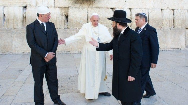 Para Francisco no Muro das Lamentações com um rabino e um imame